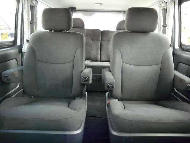 キャプテンシートにはアームレストも完備。座り心地も純正シートを越えるほどの快適さを実現しています!その他用途に応じてのシートアレンジもお見積もり致します!