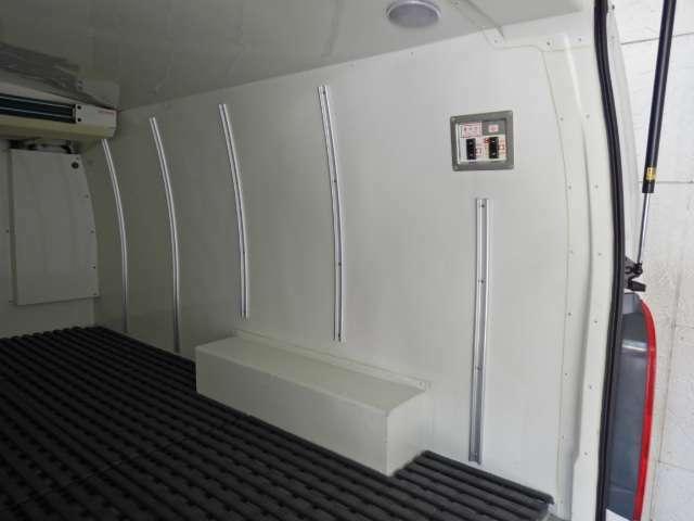 荷箱内樹脂製スノコ 純正フロアマット クラリオン後方モニター 灰皿未使用 走行1千キロ台