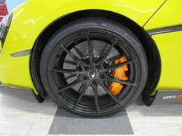 ウルトラライトウェイト10スポーク鋳造ホイール(グロスブラック)・スペシャルカラードブレーキキャリパー(マクラーレンオレンジ)