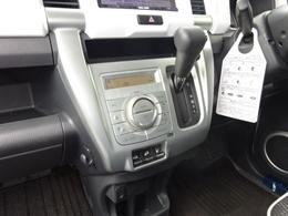 インパネレイアウトのCVT車になります。足元がスッキリしているので助手席からの乗り降りも楽に行えます。変速ショックの無い滑らかな変速をご体感くださいませ。