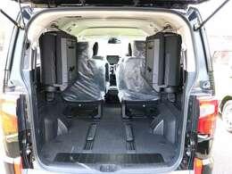 後部座席を倒すとこんなに広々としたスペースを利用できます。大きな荷物もらくらく入れられます!TEL 029-263-3245