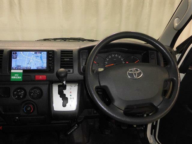 助手席エアバックがついていません。エンジンは3.0Lディーゼルターボです。燃料は軽油です。4AT車です。後輪駆動です。