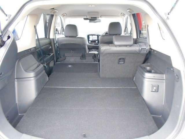 後席シートが6:4に分割となり乗車スペースも確保しながら長い荷物も積み込めます!