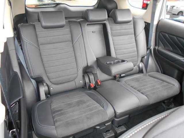 リアシートにもアームレスト装備ですのでドライブ中に疲れを和らげます。