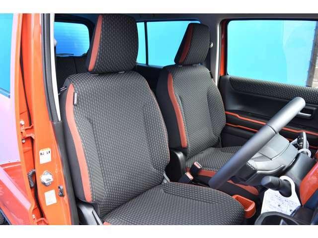 ハスラーのシートは前席のヒップポイントを高めに設定することで、見晴らしのよいアイポイントを実現しております!ドライバーの体格や好みにあわせてシートやステアリングの位置をきめ細やかに調整できますよ!