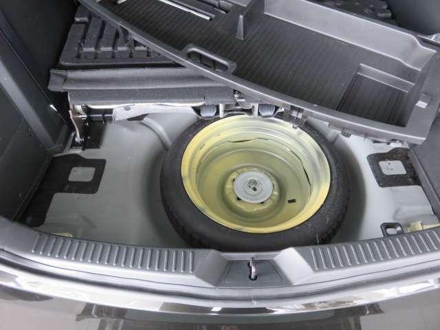 万が一のパンク時にも安心の応急用タイヤ・ジャッキ・工具も装備