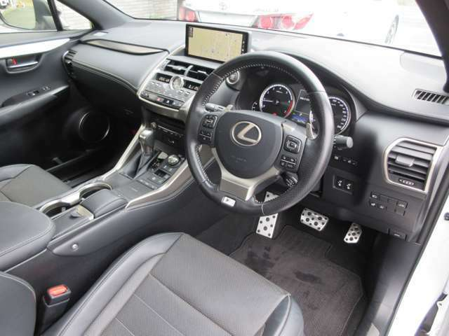 スタイリッシュなブラックレザーシートの内装です。高年式の禁煙車ですのでとても綺麗な車内空間です。
