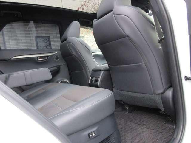 広々とした後部座席も高級感あるブラックレザーシートになっております。