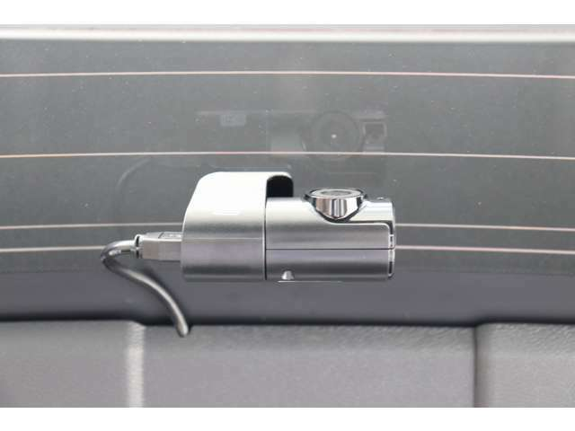 ボルボの純正ドライブレコーダーを装備。走行中だけでなく、駐車中もしっかり監視してくれます。