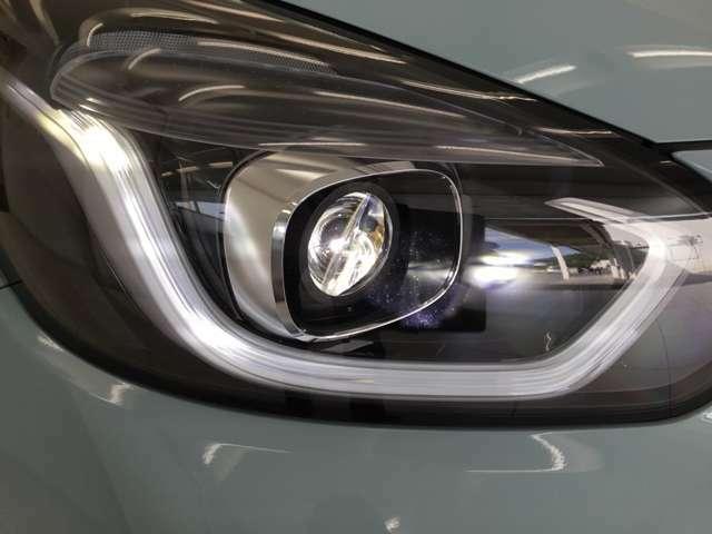 フルLEDの明るいヘッドライト。デイタイムランニングランプ付きで被視認性も高いです。