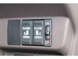 両側電動スライドドア装備!リモコンの操作やドアハンドルを少し引くだけでリアドアが開閉出来ます。
