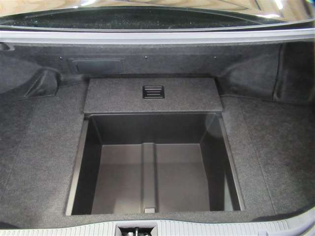 荷室の下にはこんな収納も隠れています。車も収納が多いのは便利ですね
