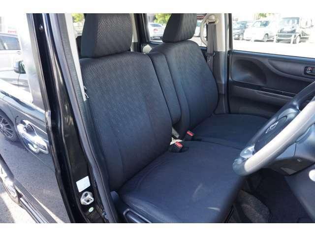フロントシートは、前方をしっかり見渡せるよう、シート座面を高めに設定。サイド部も身体全体をサポートする形状になっています。乗り心地もいいですよ!