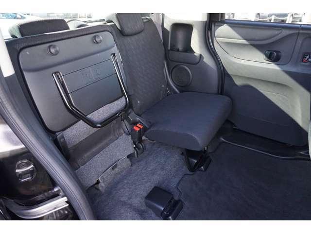 セカンドシートは座面が跳ね上げ式になっています。背の高い荷物も収納可能です。