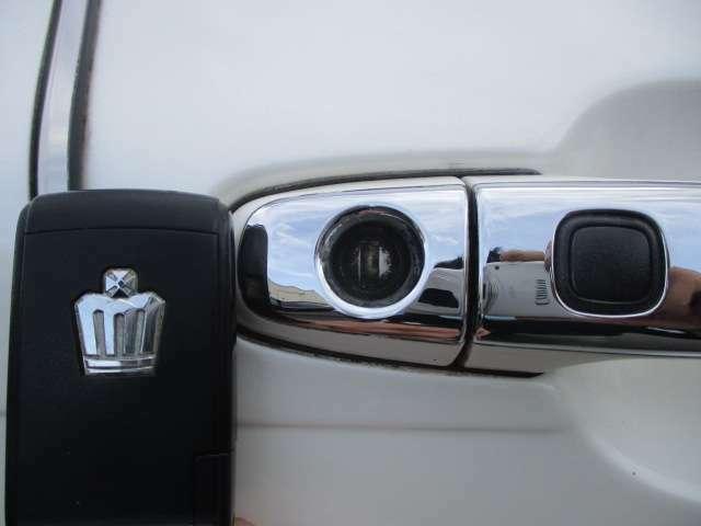 Bプラン画像:スマートキーが装備されております♪バックなどからキーを取り出さずにエンジン始動が行えます♪ドアの開錠・施錠もボタン一つですのでラクラクです♪