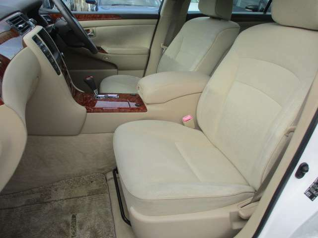運転席・助手席シートに目立つ擦れやキズ等もなくキレイな状態です♪中央部のコンソールボックスはドリンクホルダーや収納付きの肘掛けが完備されております♪