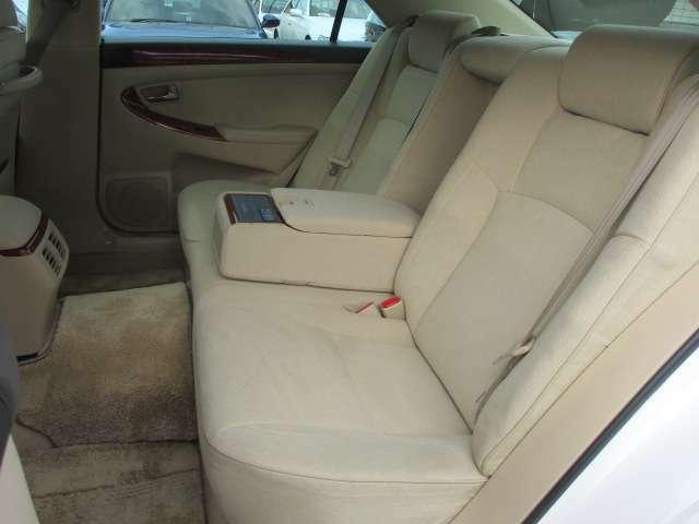 後席のシートにもキレや焦げ穴等もなくキレイな状態です♪座面も大きく座り心地も良好です♪中央部の背もたれを倒せば肘置きになります♪汚れがちなフットマットも使用感が少なくキレイな状態です♪