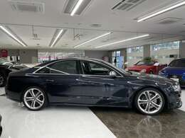 A8をベースに、パワートレーンを強化し、スポーティーな内外装を装備したスポーツモデル、アウディS8(ムーンライトブルー) 。