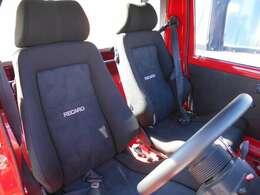 ホールド性の良いバケットシートで悪路も安心です。