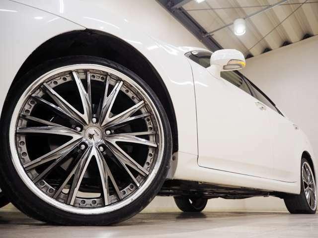 ホイルは社外20インチアルミホイルになります。タイヤは夏冬セットでお付けしますので、余計な出費もかさまず安心です。タイヤサイズ235-35-20。