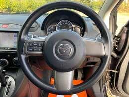 扱いやすい径のステアリングです♪スイッチ付きで運転中もオーディオの操作が楽にできます♪