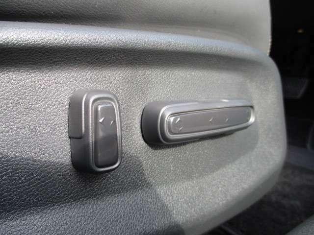 運転席は電動シートになっています。指先ひとつでシートの調整がラクラク出来ます♪