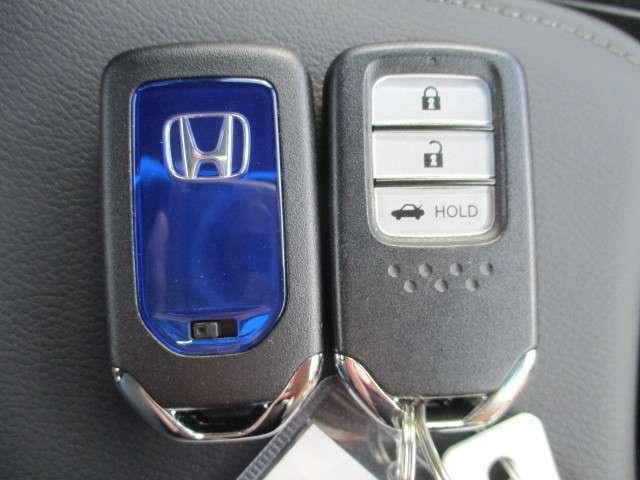 持っているだけで鍵の開け閉めからエンジンの始動、停止まで出来る!賢く便利なスマートキー。もういちいちバッグやポケットからカギを探し出さなくても良いんです♪