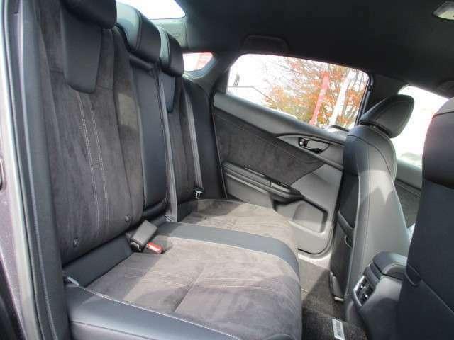 リアシートもゆったり快適に座っていただけますので、後部座席にお乗りの方も楽しくドライブに参加していただけますよ。