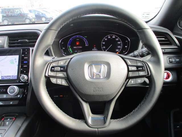ハンドルには左側にオーディオのリモコンスイッチが、右側にはクルーズコントロールのスイッチが装備され運転中の操作も安心して行えます!