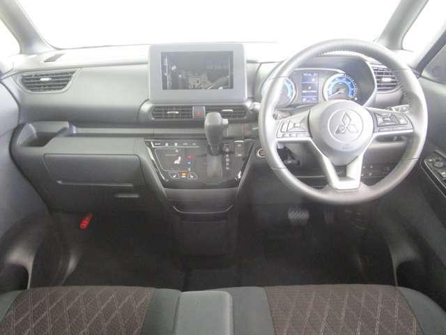 ミニバンのような見晴らしの良さとワイドな視界。内装ブラック ベンチシート オーディオレス シートヒーター プロパイロット デジタルルームミラー