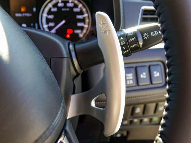 ステアリングホイールから手を離さずに、指先ひとつで簡単にシフトチェンジが可能なパドルシフト装備!ドライブが楽しくなります!