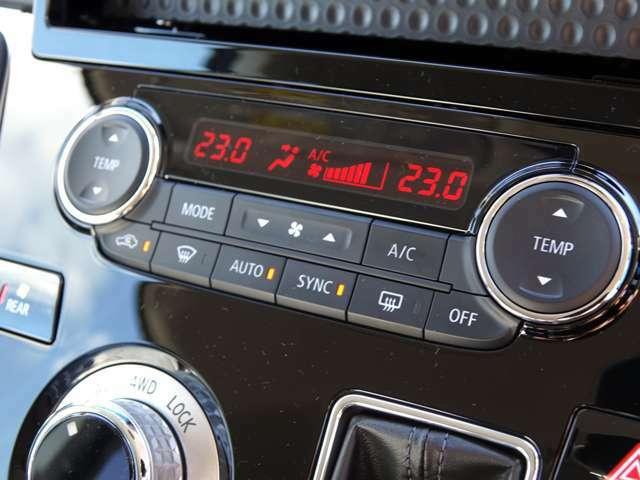 温度調整はもちろん、風量、風向、コンプレッサーのオンオフまで自動で管理!賢いフルオートエアコン装備!ツインエアコンですので後席も快適です