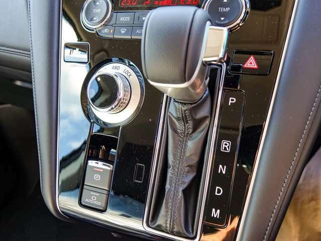 本格的な切替式の4WDシステム。そして電動パーキングブレーキ装備、スイッチひとつで作動解除の操作が可能、オートホールド機能付きで停車中ブレーキペダルを踏み続けなくても大丈夫