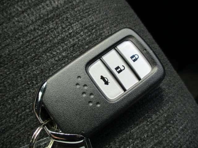 スマートキー装備でドアの開錠、施錠からエンジンの始動までキーフリーで操作できます。