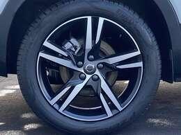 タイヤは安定感ある19インチ、ホイールは純正を装備。ドライビングそのものを楽しむことができる車です