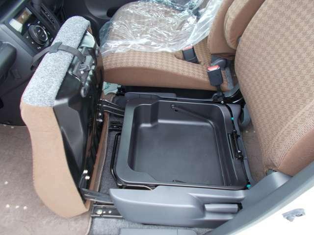 助手席シート下にボックスが付いているので小物などを入れられて便利♪