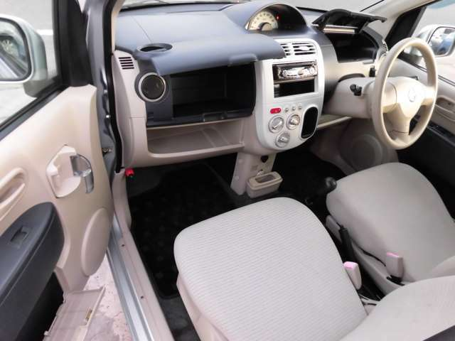 ドリンクホルダーをはじめ、助手席側の収納スペースも秀逸!あちらこちらに設置されたポケット類はどれも使いやすくとっても便利!スペースを無駄にしない造りが本当にイイお車です!