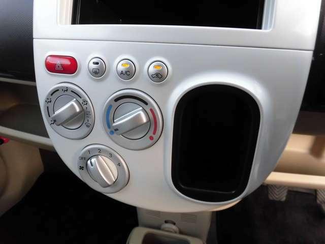 シンプルで簡単操作のエアコンパネル。勿論バッチリ快適に機能いたします!元々AT車のシフト位置であった場所はポケットに替わり、ちょっとした小物の収納に重宝します!