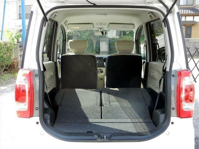 後部座席倒してフラットにする事が出来ますので大きな荷物も楽々積むことができます!!