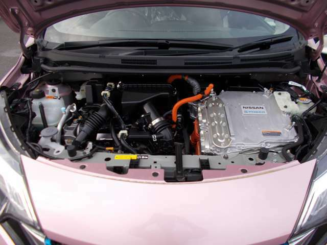 ●エンジンルーム● こちら、エンジンルームのお写真です。しっかりメンテナンスをさせて頂きました。エンジン内部の汚れはありません!安心して乗っていただける1台です。
