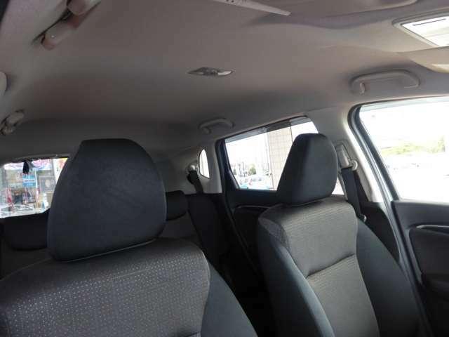 天井は実は汚れやすい部分なのですが、この車はキレイな状態です。見落としがちですが天井の状態次第で大きく室内の印象が変わります。