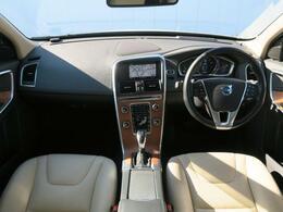 2014年モデル『XC60T6AWDSE』が入庫しました!クリスタルホワイトパールとベージュ革の組合せ♪乗り降りの際やルーフへのアプローチにも便利なランニングボード付♪状態良好の1台です!