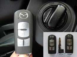 キーを出さなくてもエンジンスタート&ストップやドアロックの開閉ができるアドバンストキー。エンジンスタート&ストップはキーを差し込まなくてもOKです。エンジンイモビライザー(盗難防止装置)付き!