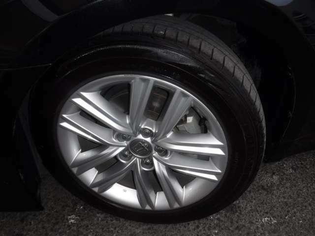 215/55R/17サイズのタイヤを装着しています。クラウン専用アルミホイールがボディーデザインと融合します。