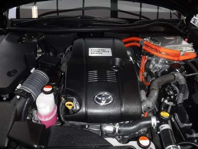2.5Lのガソリンエンジンと高出力モーターのハイブリッドシステムを搭載しています。油汚れやほこりを隅々まで除去。エンジンルームも綺麗になっています。