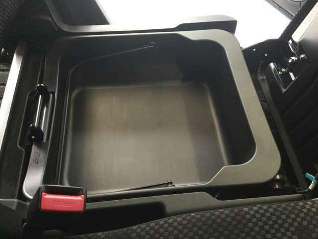 助手席シートの下には、収納BOXが有り!!