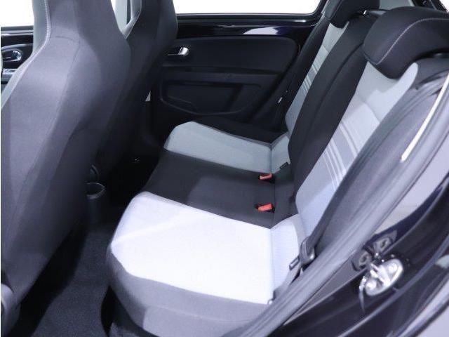 2列目シートです。他社様からのお乗換え時、最初は少し姿勢の違いを感じると思います。長時間のドライブでも疲れにくいシート素材などご体感ください。