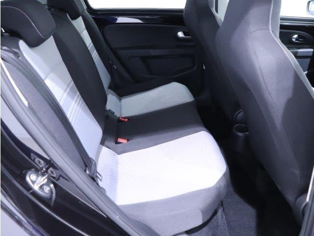 2列目の座席は3人がけのシートになっております!大人の方が乗っても、不自由のない空間になっております。