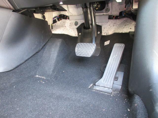 こだわりぬいたオルガン式アクセルペダルや上下前後に調整可能なステアリング、シートリフターなど最適なドライビングポジションにもこだわっています。
