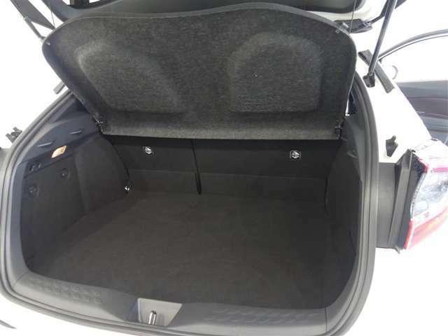 可倒式リヤシートを倒せばラゲージスペースがさらに拡大。長さや幅のある物もラクに収まります。
